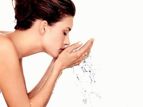 rửa mặt bằng nước ấm