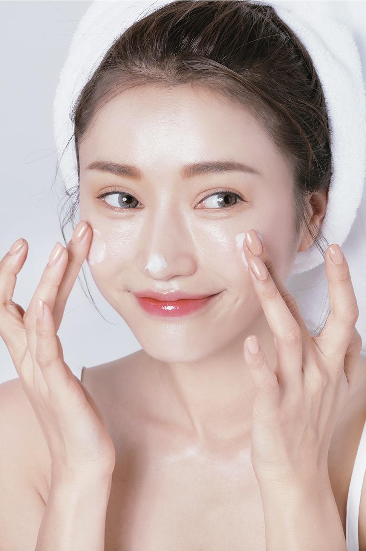 Thường xuyên tẩy tế bào chết giúp da của bạn trở nên sạch mịn màng hơn.